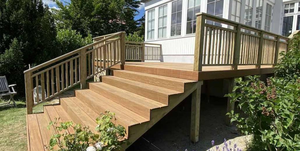 Træterrasse med rækværk og trappe