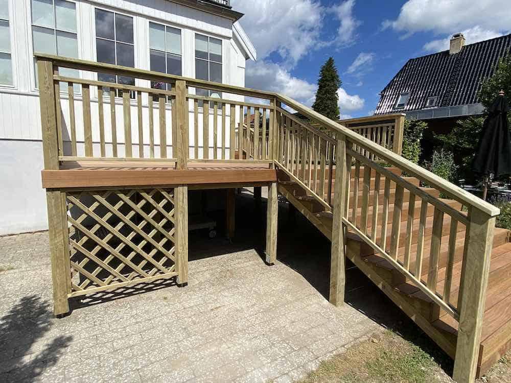 Træterrasse med trappe og opbevaring