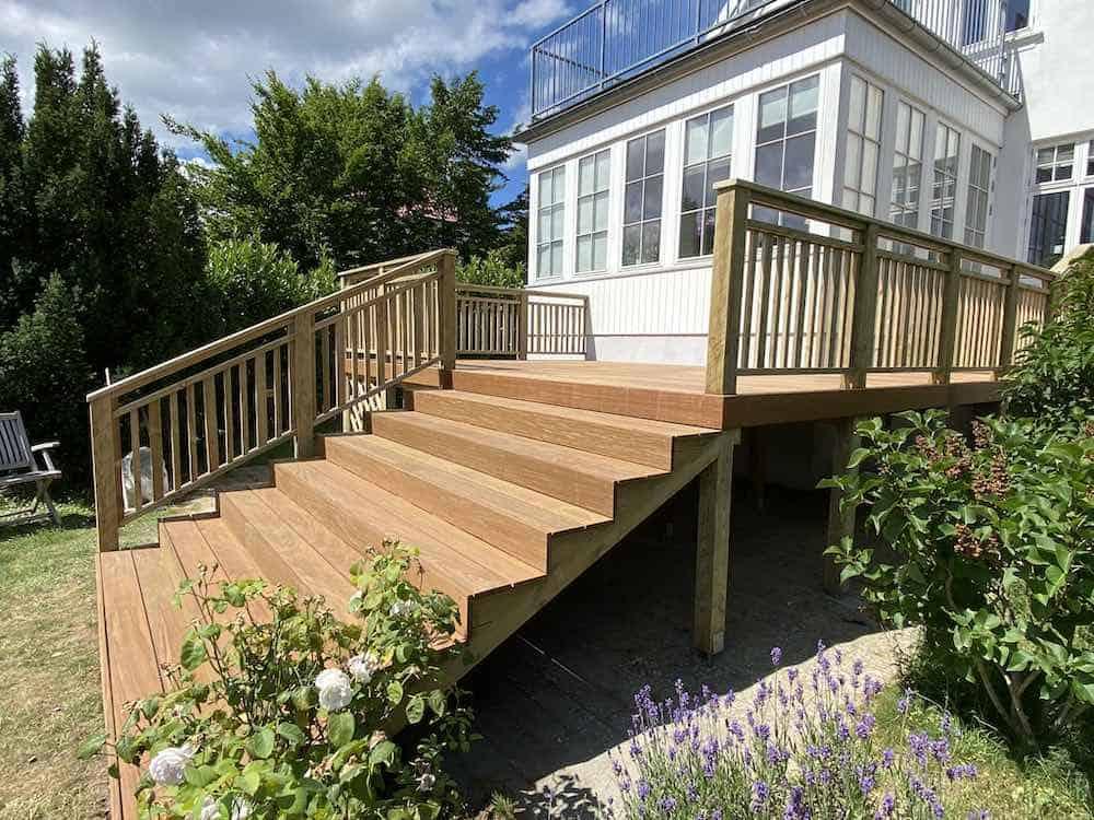 Færdig træterrasse med trappe