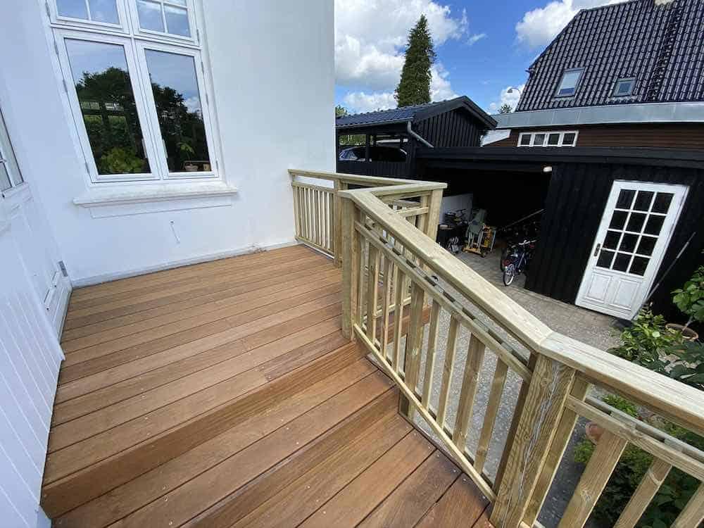 Færdig træterrasse med trappe og rækværk