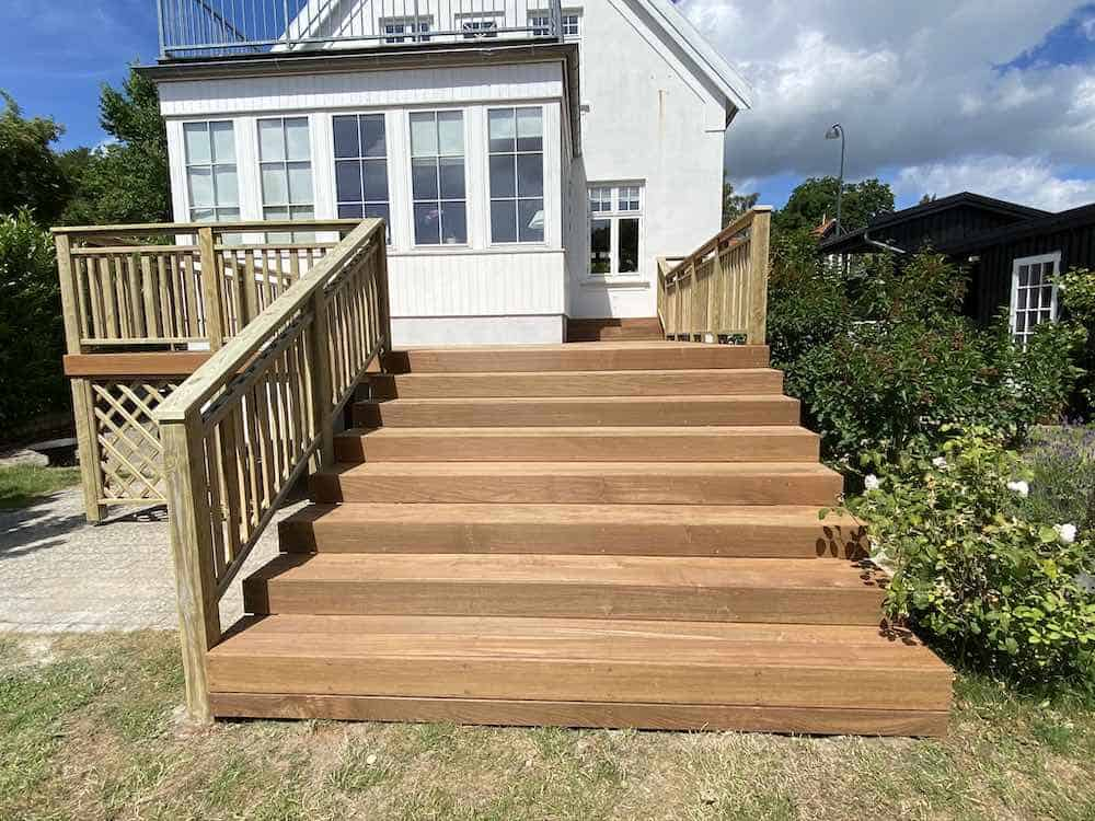 Færdiglavet træterrasse med trappe