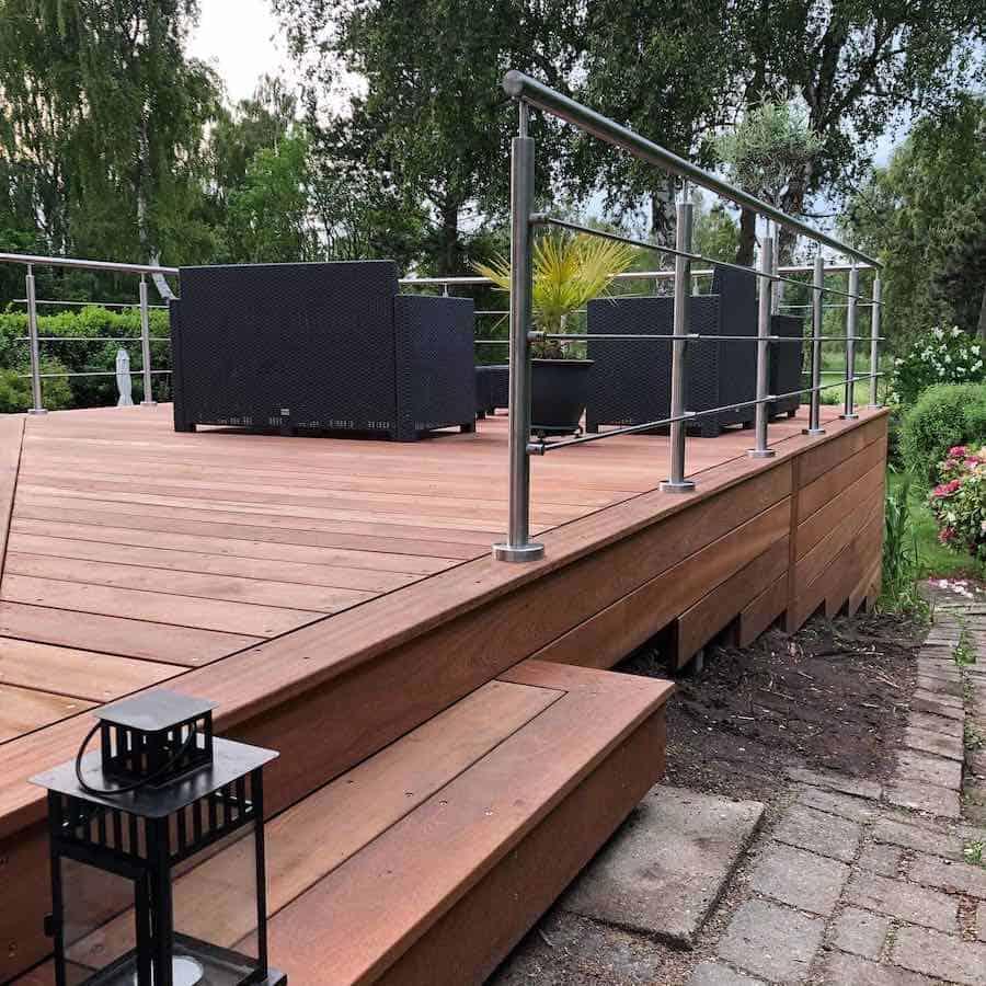Træterrasse bygget på skråning med trin