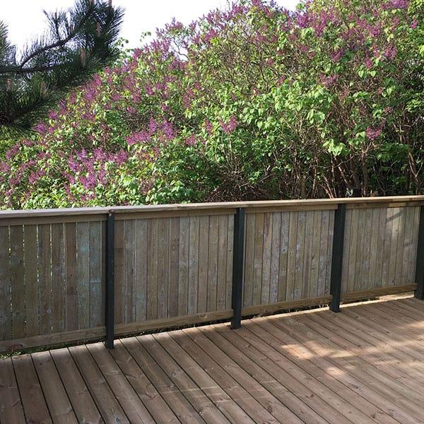 Træterrasse med rækværk